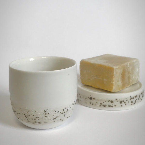 Porte savon et tasse en porcelaine de la collection Rivage - Pièce tournée à l'atelier - Céramique alimentaire et décorative
