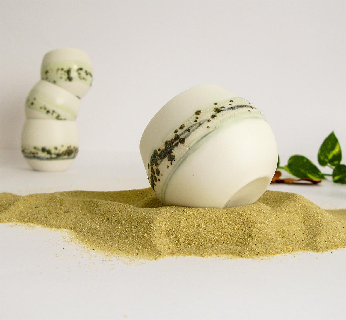 Tasse en porcelaine verte et blanche, sable et fleurs