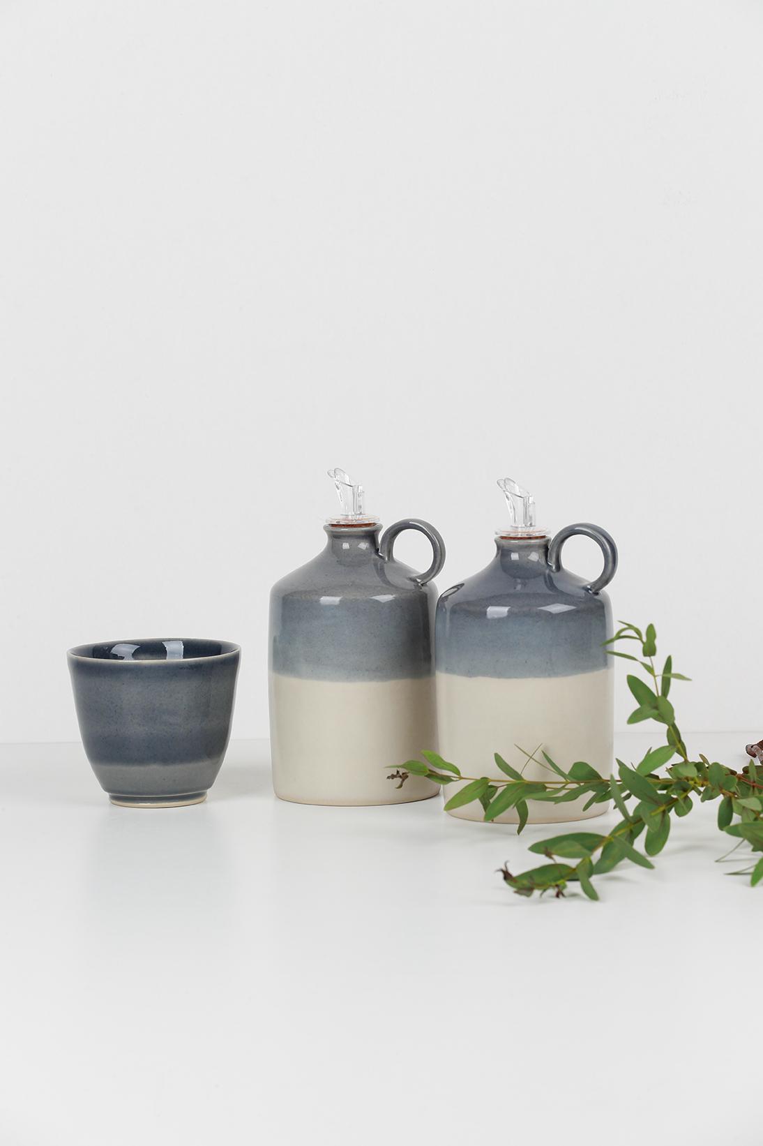 Composition collection BICROME - une tasse et deux bouteilles d'huile d'olive en grès - Couleur grise et blanche