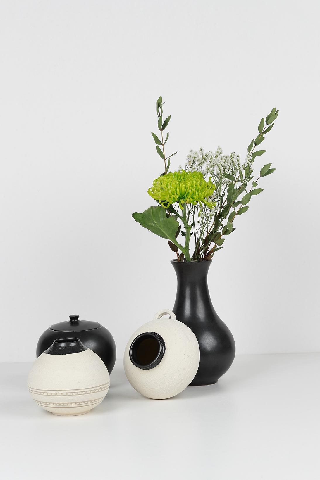 Composition GRANNIE - Vases, bouquet de fleurs. Tasse boîte