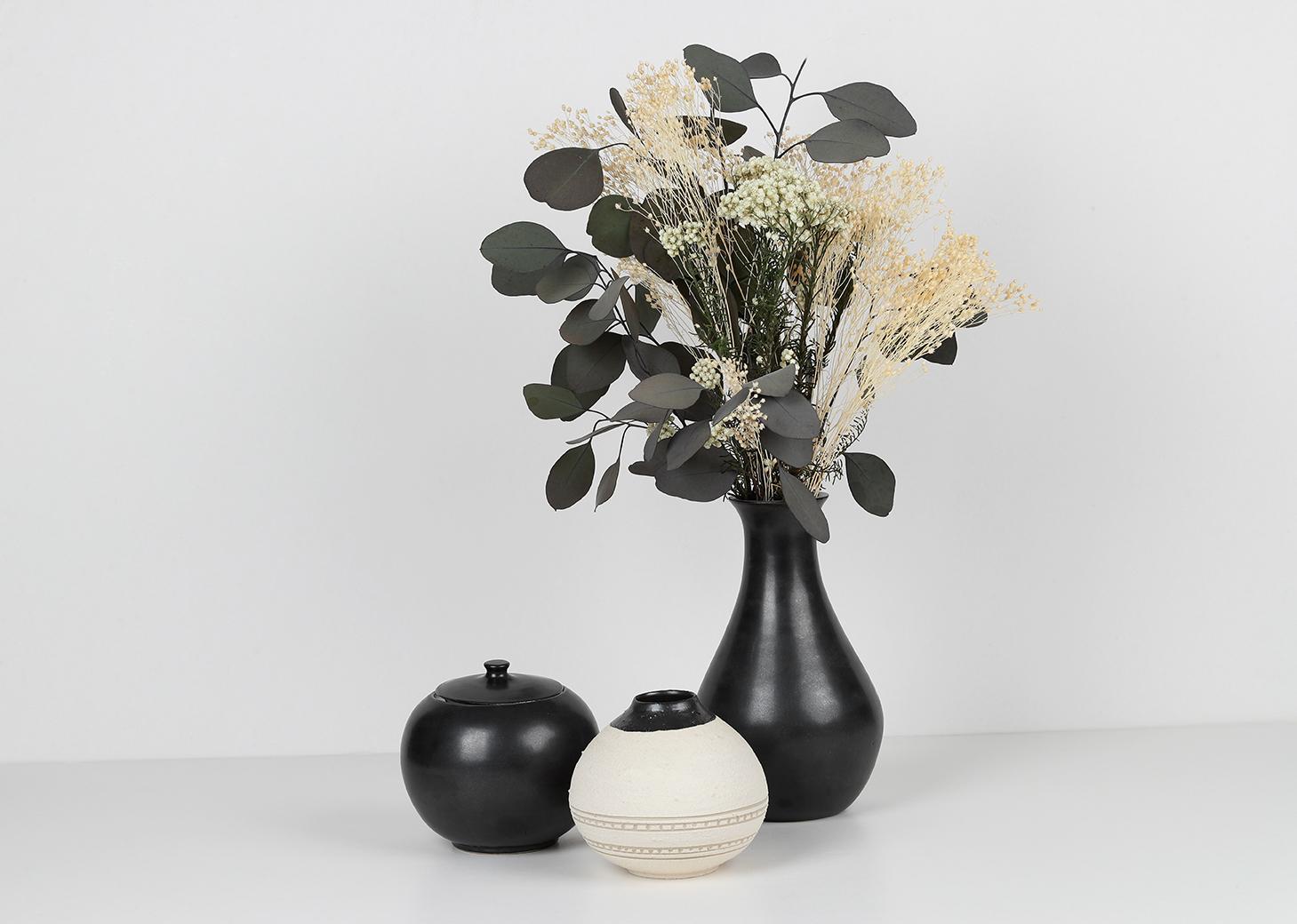 Composition collection GRANNIE - Vases, bouquet de fleur, boîte ronde avec couvercle. Émail noir mat, engobe de structure de porcelaine