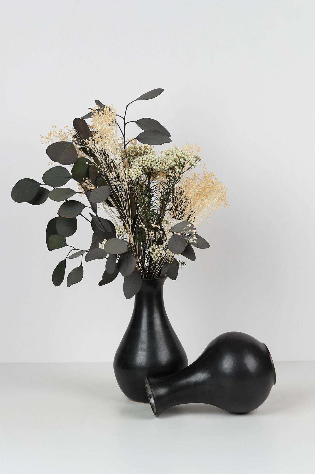 Composition collection GRANNIE - Vases et bouquet de fleur. Émail noir mat