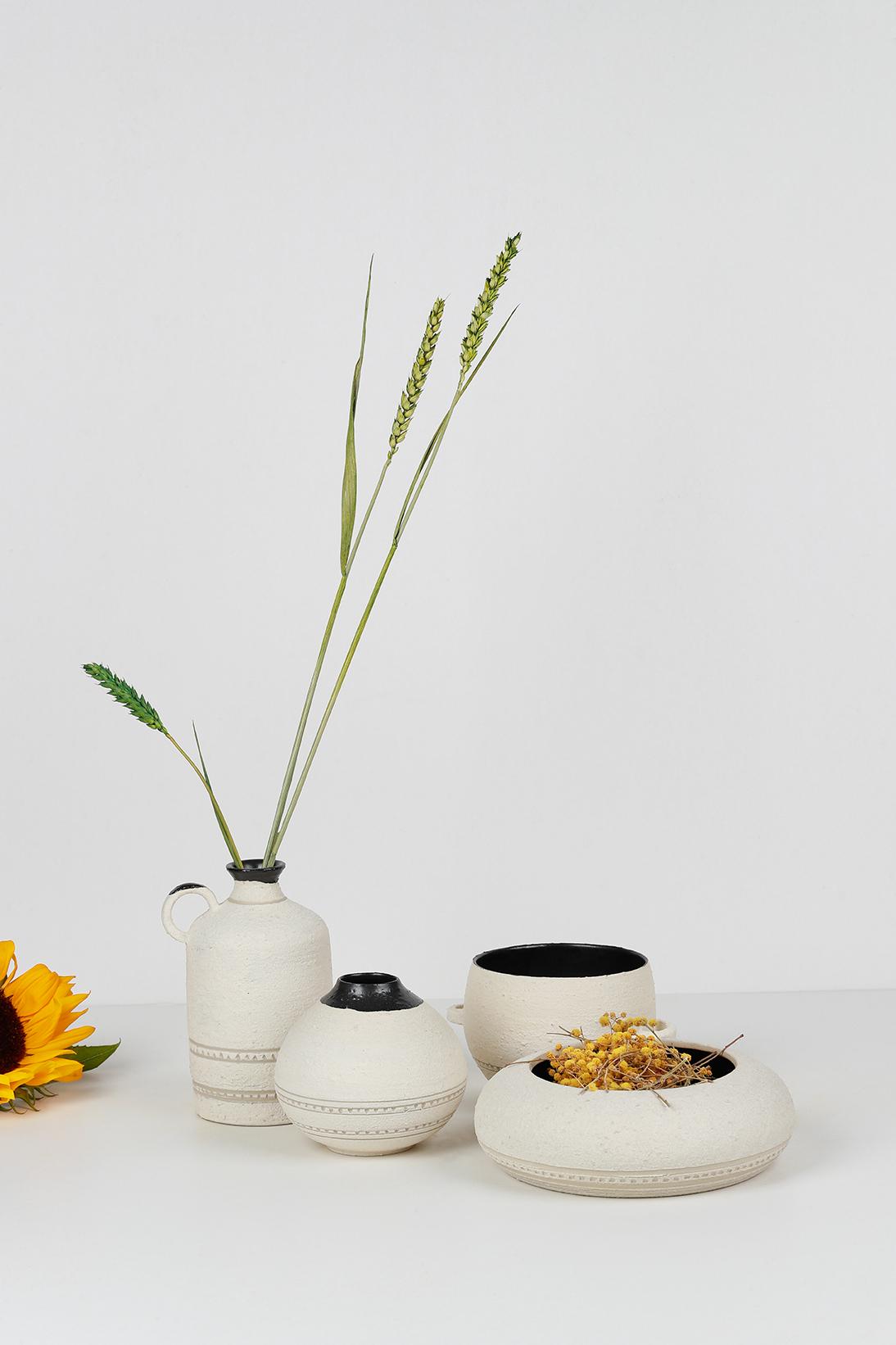 Composition collection GRANNIE - Vases, fleur de tournesol, Tasse et bol avec anse. Émail noir mat, engobe de structure de porcelaine