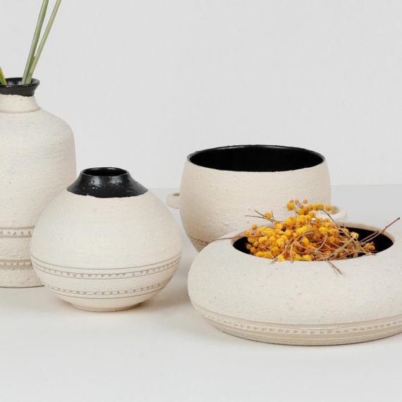 Composition collection GRANNIE - Vases, fleurs, coupelle et bol avec anse. Émail noir mat, engobe de structure de porcelaine