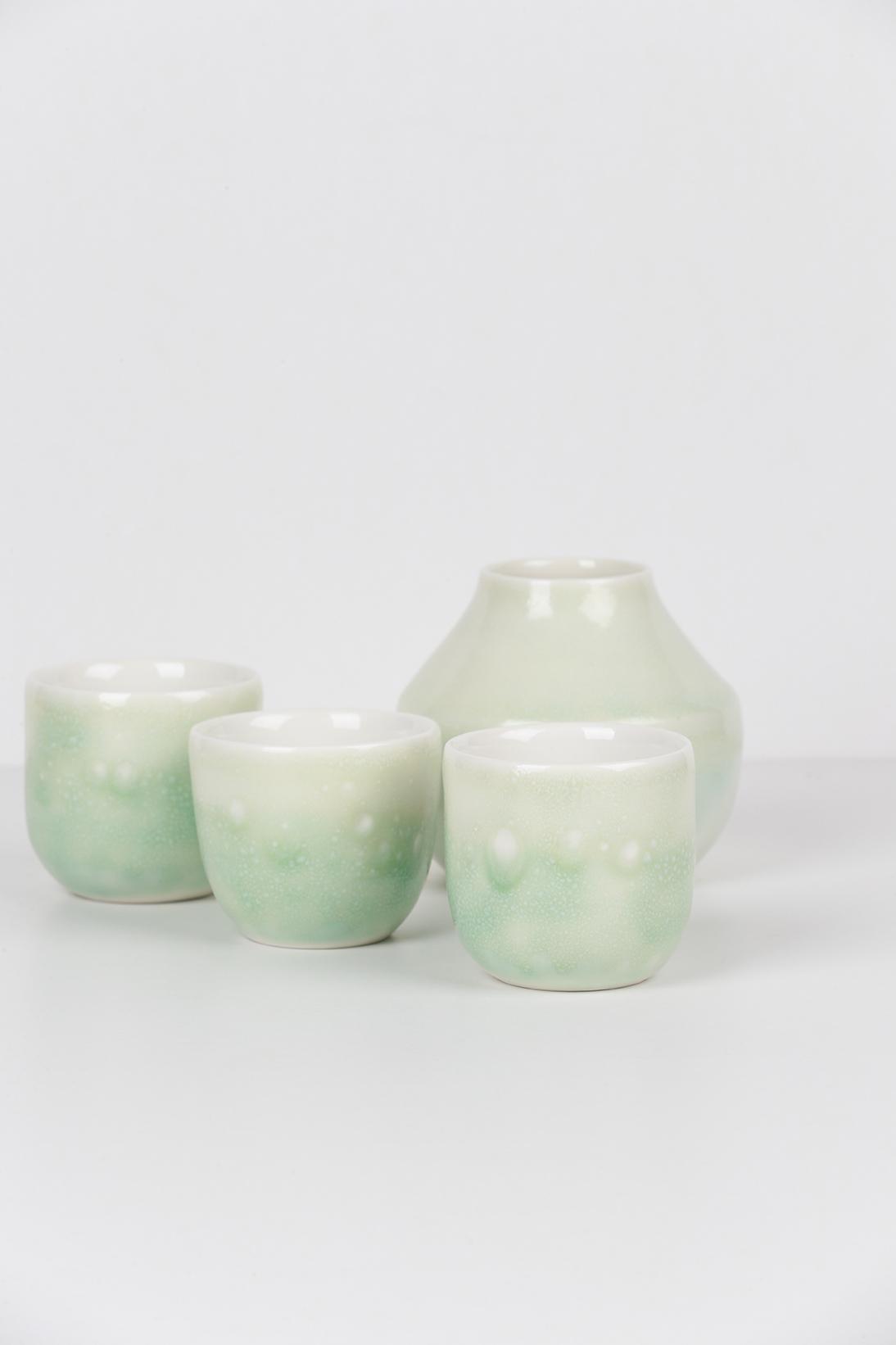 Composition de la collection LACTÉE - Trois tasses et un vase - Émail vert clair fond neutre