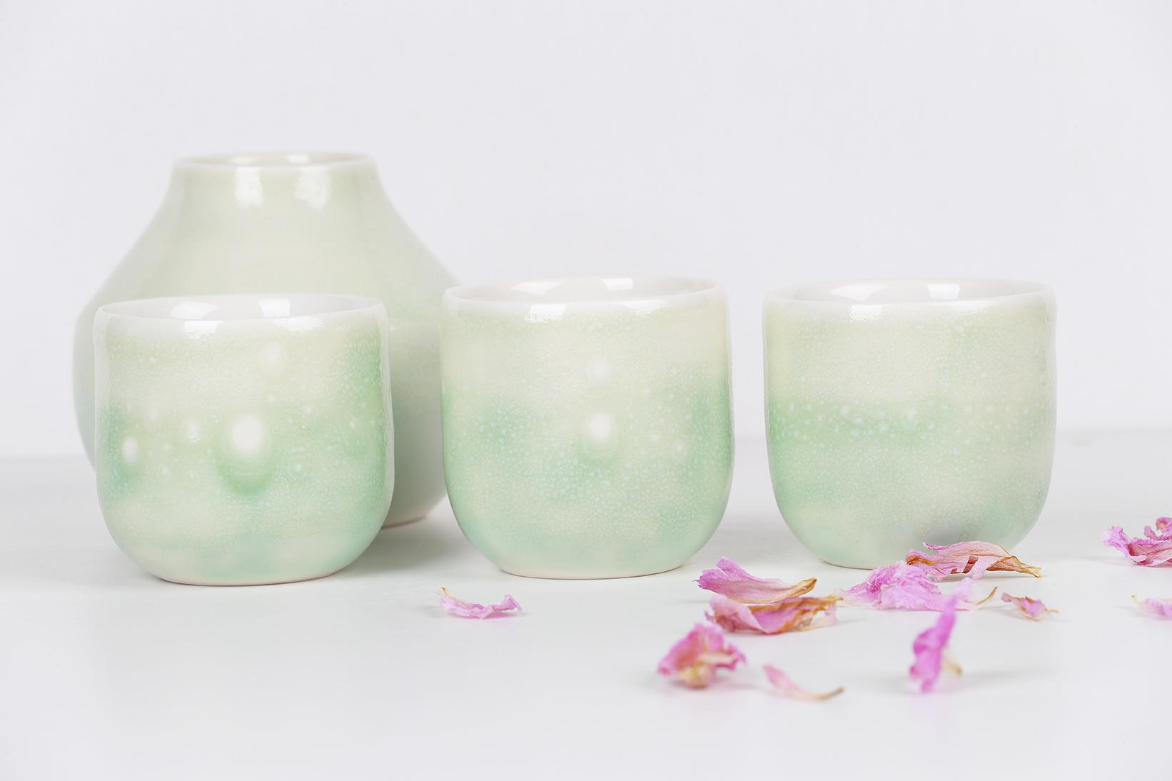 Composition de la collection LACTÉE - soliflore, trois tasses - Émail vert et pétales de fleurs