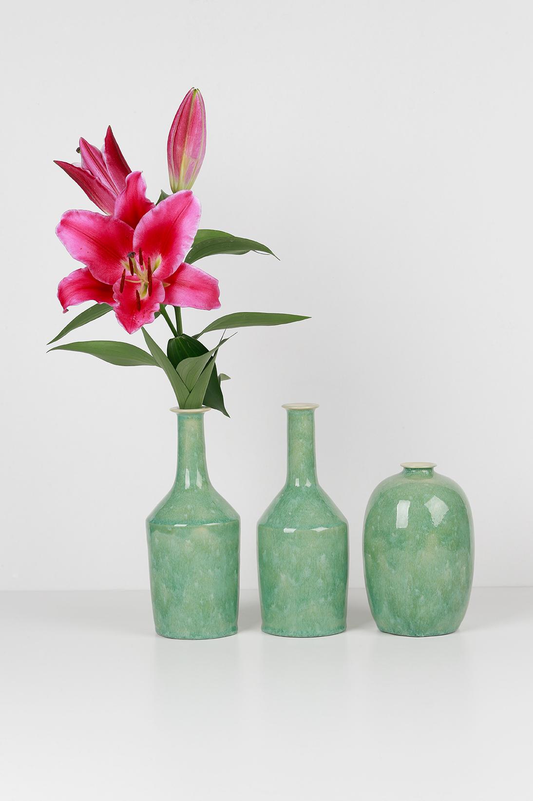 Composition de la collection LACTÉE - Trois grands vases - Émail vert foncé et fleur rose